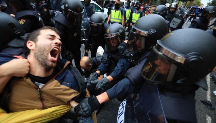 Barcelona 01 09 2017 Referendum 1-O Policia Nacional En La Escola Ramon Llull Foto Ferran Nadeu